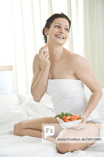 Frau Schwangerschaft Möhre essen essend isst