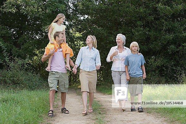 Familienwandern auf einem Feldweg