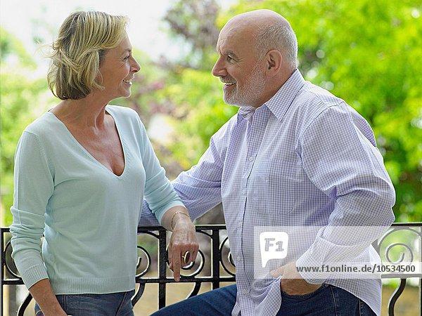 Reife Paare lächeln