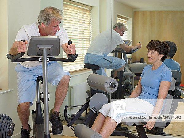 Reife Paare mit Fitnessgeräten