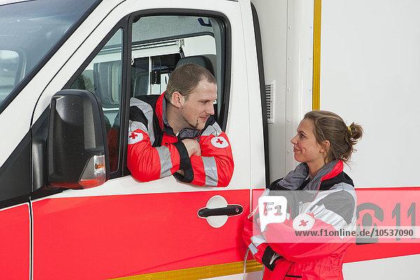 Krankenwagenfahrer  der zum Kollegen fährt