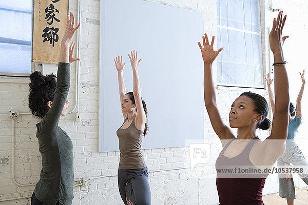 Frauen beim Dehnen während des Yoga