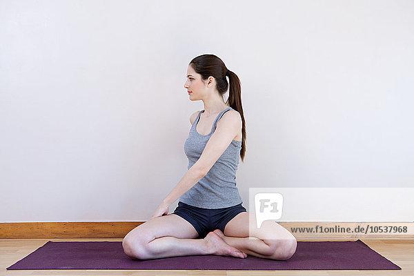 Dehnung der Frau während des Yoga