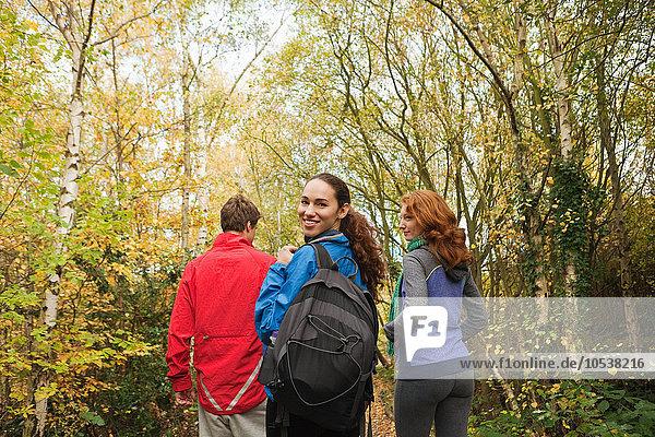 Junge Freunde  die in den Wald gehen