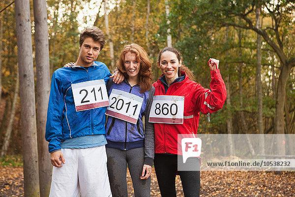 Junge Freunde in Sportbekleidung lächelnd  Portrait