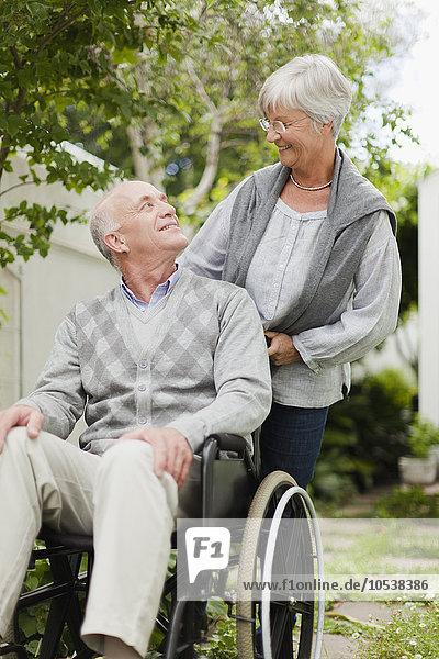 Krankenschwester fährt älteren Patienten ins Freie