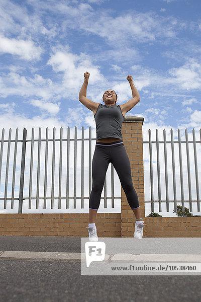 Läufer springen vor Freude im Freien