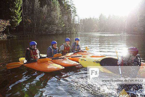 Lehrer kenterndes Kajak im stillen See
