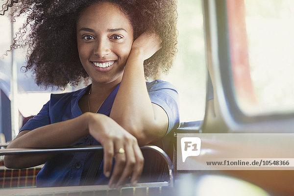 Portrait lächelnde Frau im Bus