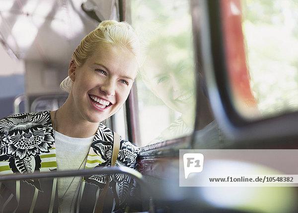 Enthusiastische Frau beim Busfahren