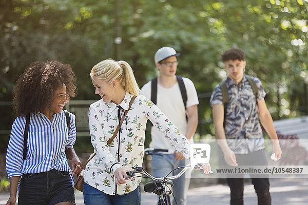 Freunde wandern mit dem Fahrrad im Park