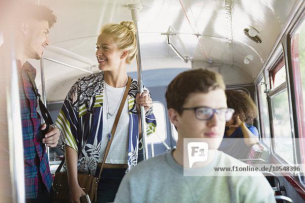Freunde im Bus im Gespräch