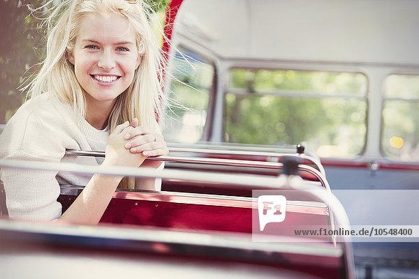 Portrait lächelnde Frau im Doppeldeckerbus