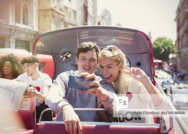 Pärchen im Doppeldeckerbus  London  Vereinigtes Königreich