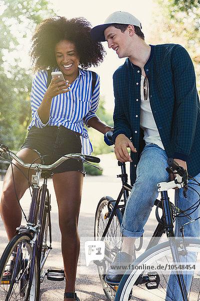 Freunde auf Fahrrädern SMS mit Handy