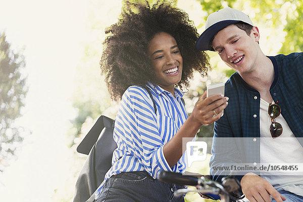 Freunde texten mit dem Handy