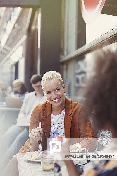 Freundschaft,lächeln,Weg,Cafe,Dessert,essen,essend,isst