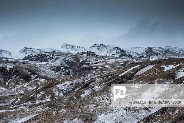 Verschneite  abgelegene Bergkette  Island