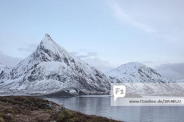 Schneebedeckte Berge am kalten See  Lofoten  Norwegen