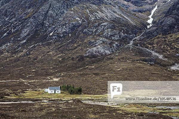 Haus im abgelegenen Tal unter den zerklüfteten Bergen  Glencoe  Schottland