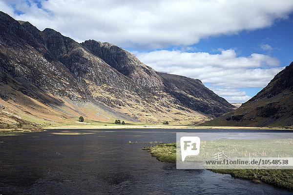 Sonniger Bergblick über den See  Glencoe  Schottland