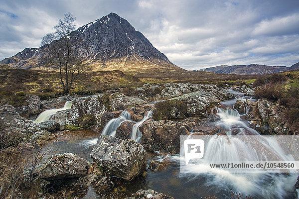 Kleiner zerklüfteter Wasserfall unter dem Berg  Loch Eriboll  Sutherland  Schottland