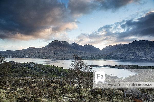Panoramablick Wolken über ruhige Berge und See  Russel Burn  Applecross  Schottland