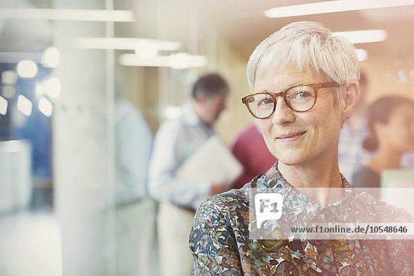 Portrait lächelnde Seniorin im Büro