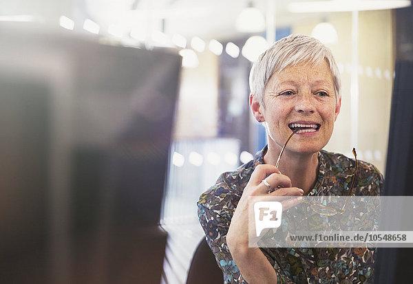 Leitende Geschäftsfrau am Computer im Büro