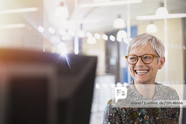 Enthusiastische Geschäftsfrau mit Blick ins Büro