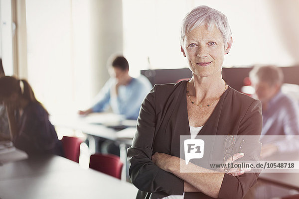 Porträt einer selbstbewussten Seniorin in der Erwachsenenbildung