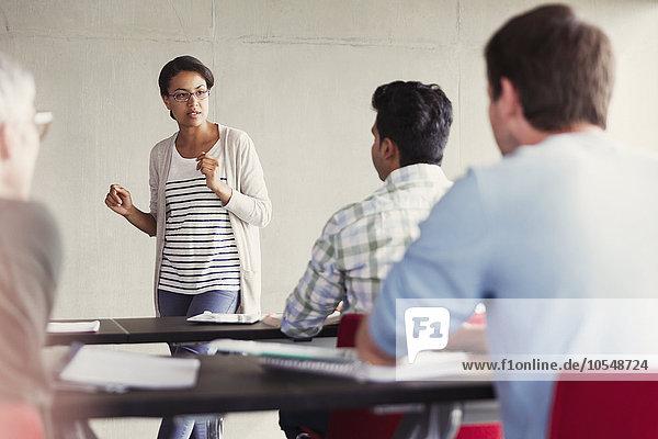 Lehrer im Gespräch mit Schülern in der Erwachsenenbildung