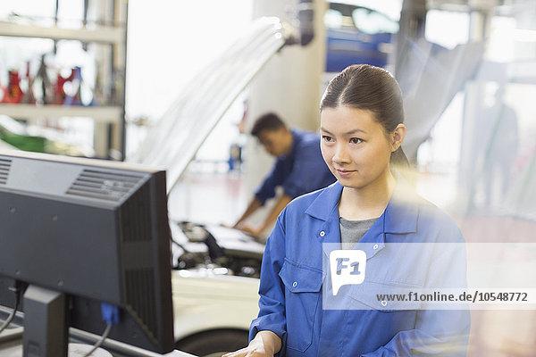 Mechanikerinnen arbeiten am Computer in der Kfz-Werkstatt