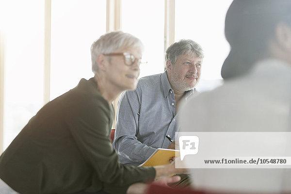 Aufmerksame Geschäftsleute  die beim Treffen zuhören