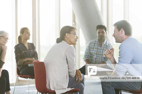 Geschäftsleute diskutieren Papierkram im Meeting