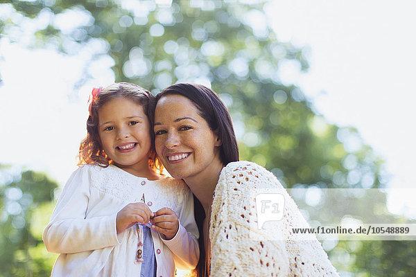 Portrait lächelnde Mutter und Tochter im Freien