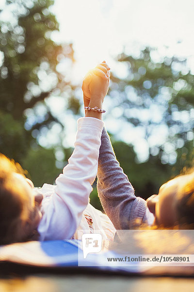 Mädchen beim Händchenhalten im Park