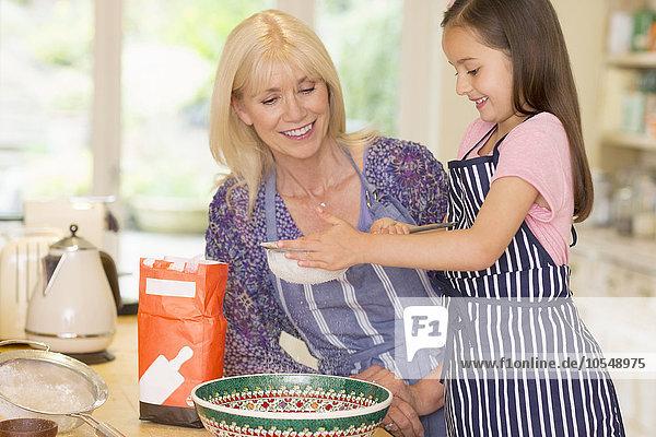 Küche,Enkeltochter,Großmutter,backen,backend,backt,durchsieben,sieben,Mehl