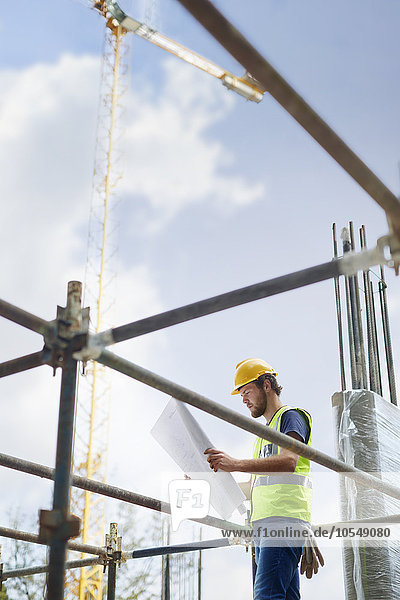 Ingenieur bei der Begutachtung von Bauplänen auf Hochhausbaustellen