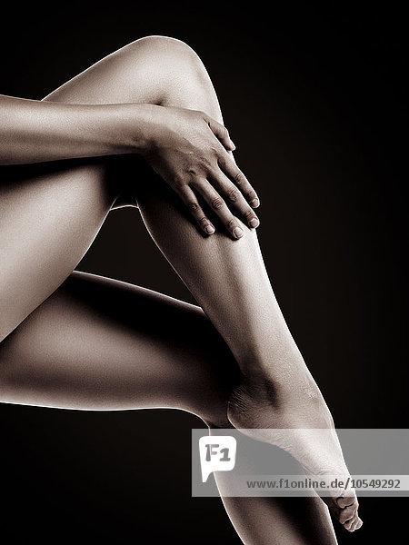 Nahaufnahme  nackte Frauenbeine mit glatter Haut