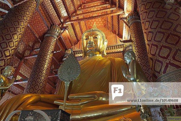Riesiger Buddha in der Tempelanlage Wat Phanan Choeng  Ayutthaya  Thailand  Asien