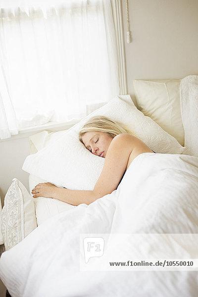 Frau Bett schlafen weiß Bettwäsche blond