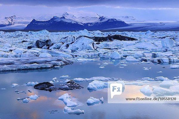 Abendstimmung an der Gletscherlagune Jökulsarlon  treibende Eisberge  hinten der Gletscher Vatnajökull  Südisland  Island  Europa