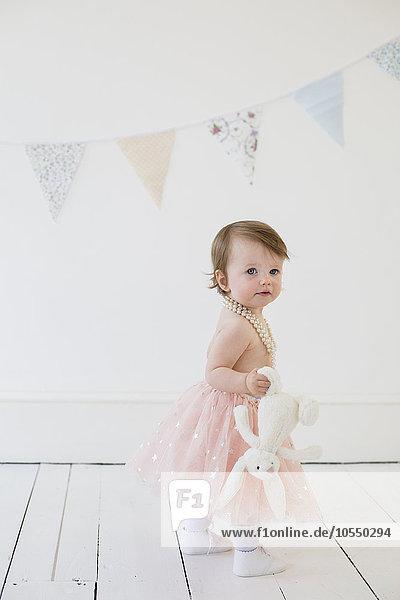 stehend Pose Fotografie halten Spielzeug Fotograf jung niedlich süß lieb Studioaufnahme Mädchen
