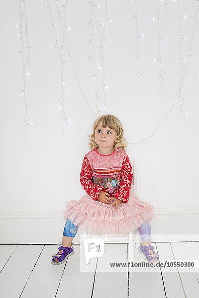 sitzend Pose Fotografie Stuhl Fotograf jung Studioaufnahme Mädchen