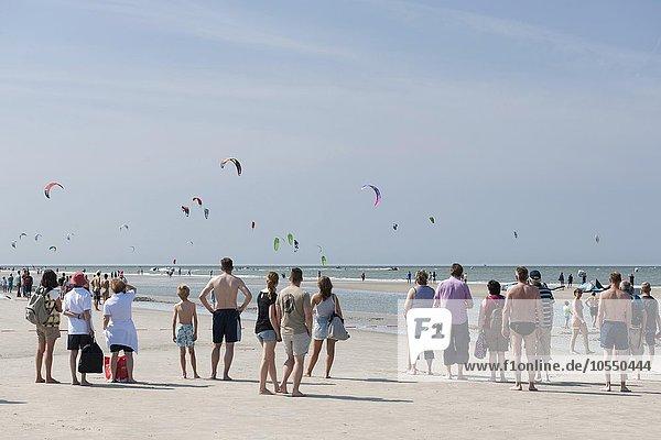 Zuschauer am Strand  Kitesurfer  Kitesurf World Cup  Sankt Peter-Ording  Nordsee  Nordfriesland  Schleswig-Holstein  Deutschland  Europa