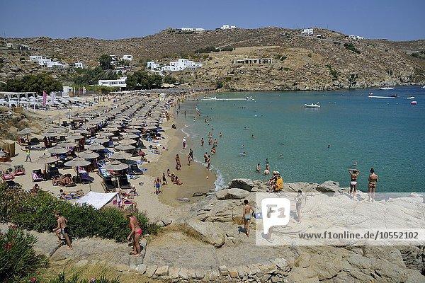 Badegäste am Super Paradise Beach  Mykonos  Kykladen  Griechenland  Europa