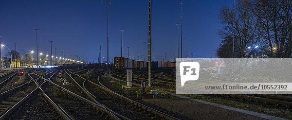 Abstellgleise mit Güterzügen am Abend  Güterbahnhof  Hamburg  Deutschland  Europa