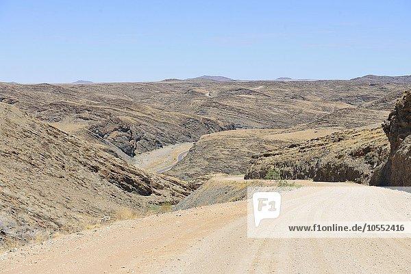 Schotterstraße mit Serpentinen  Namibia  Afrika