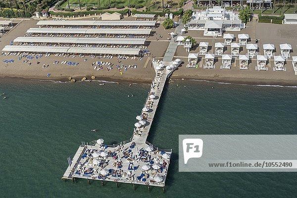 Strand mit Steg im Meer  Antalya  Türkei  Asien